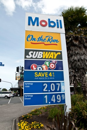 tolik tady stojí benzín, jeden dolar je cca 16kč
